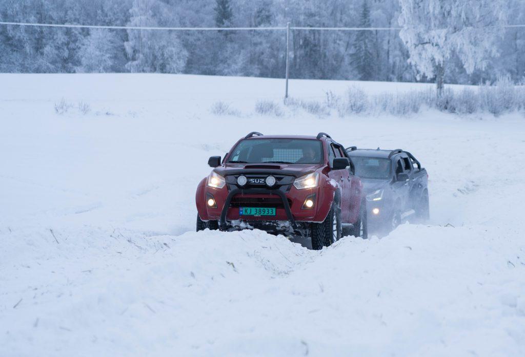 TÅLER MYE: Isuzu D-MAX i aksjon på jorde med en halv meter snø. (Foto: Marthe Stenberg)