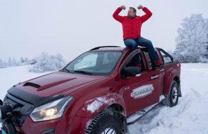 LEK: Asgeir Borgmoen var fornøyd med å kunne leke seg litt med bilen på et jorde utenfor Hamar. (Foto: Marthe Stenberg)