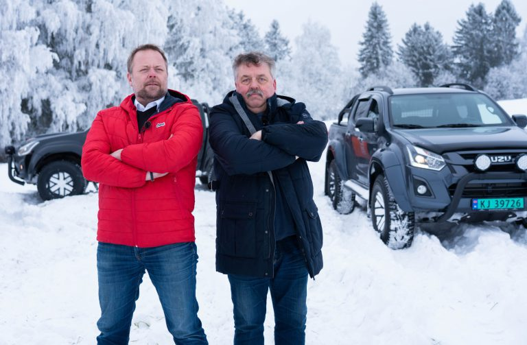 DUELL: Asgeir Borgmoen og bilforhandler på Mobile Storhamar, Terje Hagelund (Foto: Marthe Stenberg)
